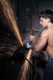 O trabalhador corta o metal Fotografia de Stock