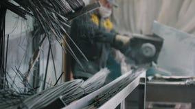 O trabalhador corta a produção na fabricação do reforço composto da fibra de vidro, de-focalizada filme