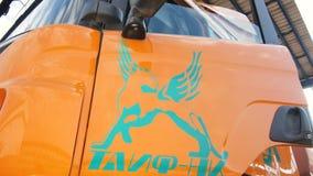 O trabalhador da companhia do gás obtém no caminhão com logotipo de TAIF video estoque