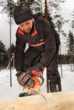 O trabalhador da construção constrói a blocausse de madeira dos logs, usando o ch Imagem de Stock Royalty Free
