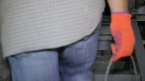 O trabalhador da construção escala escadas com cubeta filme