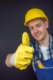 O trabalhador da construção que faz os polegares levanta o sinal Fotografia de Stock
