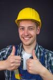 O trabalhador da construção que faz os polegares levanta o sinal Foto de Stock Royalty Free