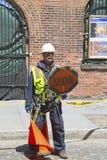 O trabalhador da construção regula o tráfego em Brooklyn Imagens de Stock Royalty Free