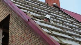 O trabalhador da construção verificou o telhado da casa filme