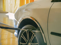 O trabalhador da lavagem de carros lava um carro Imagens de Stock Royalty Free
