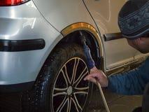 O trabalhador da lavagem de carros lava um carro Imagem de Stock Royalty Free