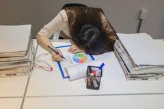 O trabalhador de escritório cai adormecido ao rever dados fotos de stock royalty free