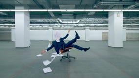 O trabalhador de escritório feliz joga o papel no ar ao sentar-se em uma cadeira filme