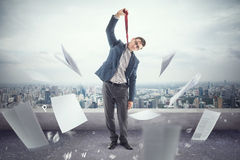 O trabalhador de escritório novo no telhado é cansado à morte de imagens de stock royalty free