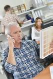O trabalhador de escritório superior olha confuso foto de stock