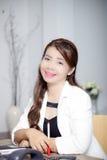O trabalhador de mulher mantém-se sorrir foto de stock royalty free