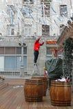 O trabalhador desmonta o quadrado de Tverskaya depois que o ` nacional do festival do russo Shrove o ` em Moscou Fotografia de Stock Royalty Free