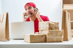 O trabalhador do centro de atendimento no centro de distribuição do pacote na estação de correios foto de stock royalty free