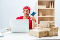 O trabalhador do centro de atendimento no centro de distribuição do pacote na estação de correios fotos de stock royalty free