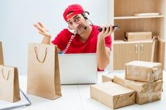 O trabalhador do centro de atendimento no centro de distribuição do pacote na estação de correios imagem de stock