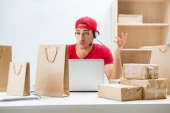 O trabalhador do centro de atendimento no centro de distribuição do pacote na estação de correios imagens de stock