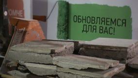 O trabalhador do close up põe o azulejo com cimento na pilha na bandeira vídeos de arquivo
