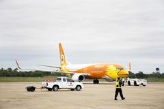 O trabalhador do grupo prepara ferramentas para a aterrissagem de aviões na pista de decolagem no aeroporto Imagens de Stock Royalty Free