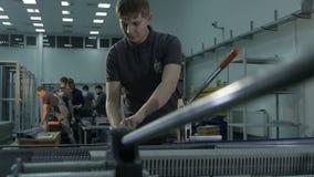 O trabalhador do movimento lento ajusta o painel de comando novo na companhia do gás filme