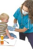 O trabalhador do sector da saúde dá a injeção Imagens de Stock Royalty Free