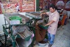 O trabalhador em um cacau da embalagem de Soledad do chocolate e do La da loja da toupeira seja Imagens de Stock Royalty Free