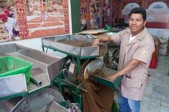 O trabalhador em um cacau da embalagem de Soledad do chocolate e do La da loja da toupeira seja Fotos de Stock