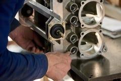 O trabalhador está ajustando um detalhe do metal Foto de Stock