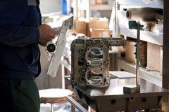 O trabalhador está conectando um detalhe do metal a outro Fotos de Stock Royalty Free