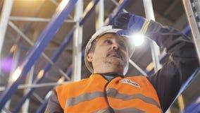 O trabalhador farpado da opinião inferior de movimento lento toca no capacete branco video estoque