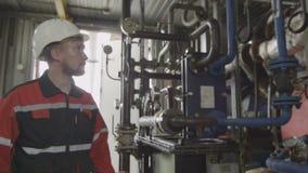 O trabalhador farpado verifica medidores e ferramentas da pressão vídeos de arquivo