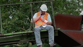 O trabalhador faz para chamar o telefone esperto filme