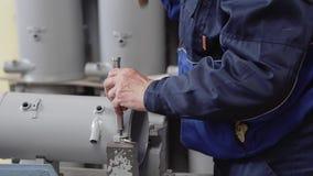 O trabalhador faz um conjunto completo do dispositivo na empresa industrial filme
