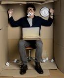 O trabalhador furioso está expressando a exasperação no trabalho fotos de stock royalty free