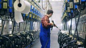 O trabalhador industrial está lavando ordenhando o equipamento na unidade do cowhouse filme