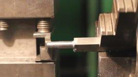 O trabalhador industrial faz um parafuso prisioneiro. filme