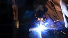 O trabalhador industrial faz uma soldadura da faísca vídeos de arquivo