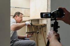 O trabalhador instala azulejos O operador está disparando neste pro foto de stock royalty free