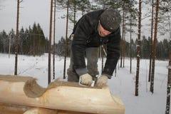 O trabalhador instala a isolação na superfície da madeira usando um grampeador imagens de stock royalty free