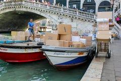 O trabalhador italiano está descarregando pacotes imagem de stock