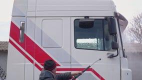 O trabalhador lava o táxi do caminhão vídeos de arquivo