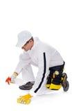 O trabalhador limpa com uma esponja Fotografia de Stock Royalty Free
