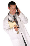 O trabalhador médico ajuda-o para fora sobre o telefone fotos de stock