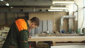 O trabalhador mói a madeira da máquina de moedura angular vídeos de arquivo