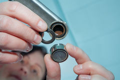 O trabalhador manual das mulheres substitui o gaseificador da torneira, close-up da mão do encanador Fotografia de Stock Royalty Free