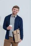 O trabalhador masculino alegre está apreciando a bebida quente fotografia de stock royalty free
