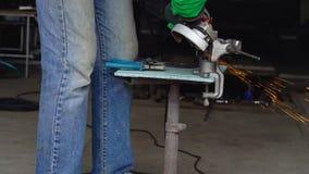 O trabalhador masculino com a máquina de moedura angular está cortando o metal Movimento lento video estoque