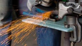 O trabalhador masculino com a máquina de moedura angular está cortando o metal Movimento lento filme