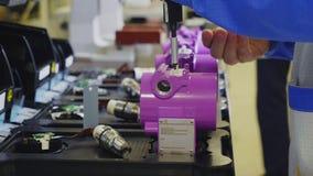 O trabalhador monta o medidor com opinião lateral próxima do corpo do rosa vídeos de arquivo