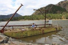 O trabalhador na barca Imagem de Stock Royalty Free